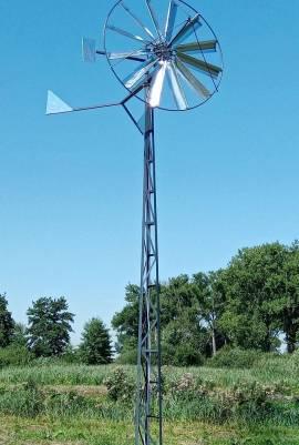 wiatrak do napowietrzania stawu na wieży kratowej