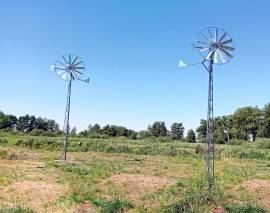 wiatraki do napowietrzania stawu na wieży kratowej