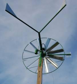 wiatrak na słupie betonowym